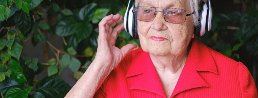 Oma luistert naar muziek, 5 activiteiten om met ouderen te ondernemen in corona tijd